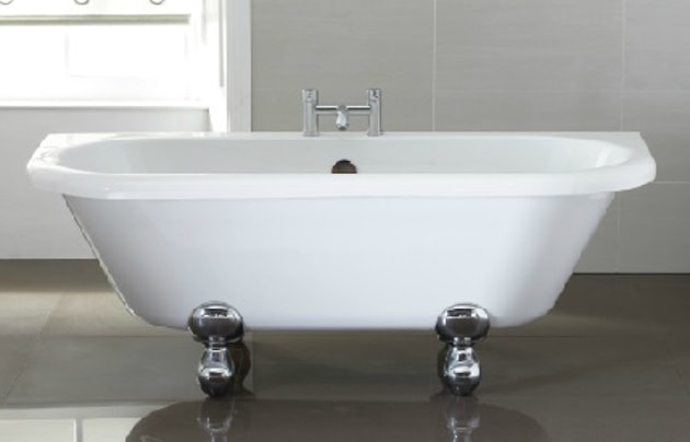 white freestanding bath tub